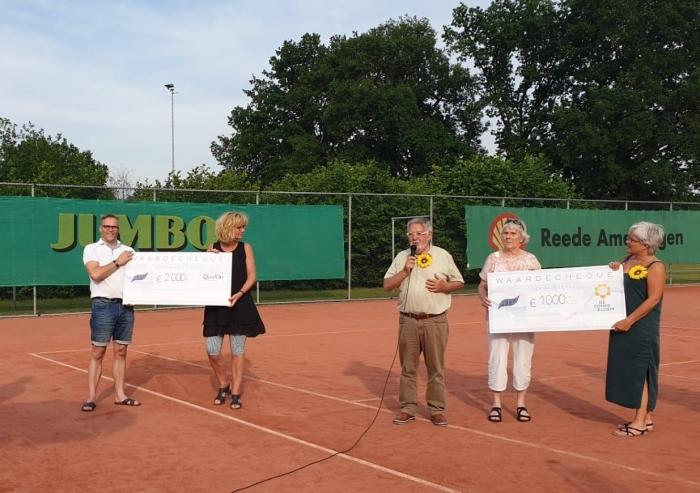 ATV heeft zojuist cheques overhandigd aan de Ridderhof en de Zonnebloem