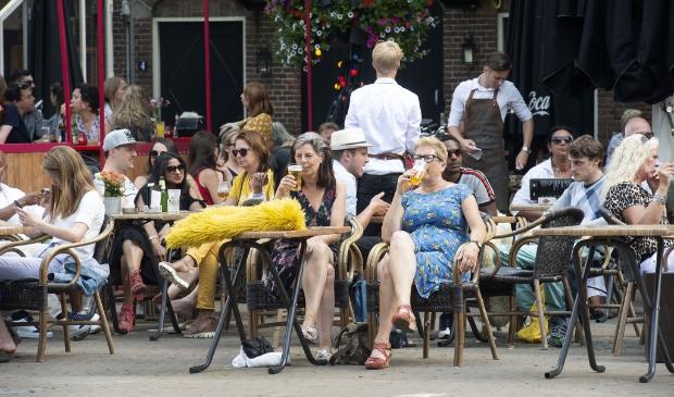 Op het terras. Na 1 juni kan het weer. Leusden wil horeca-ondernemers meer ruimte bieden om tafels en stoelen op gepaste afstand neer te zetten.