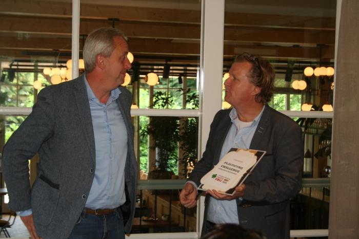 Wethouder Hans Waaldijk ontvangt het schildje van de PlasticVrij Challenge