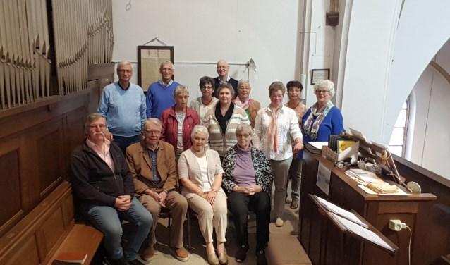 Het koor repeteert elke week op de koorzolder. Linksachter organist en koorleider René Verwer.