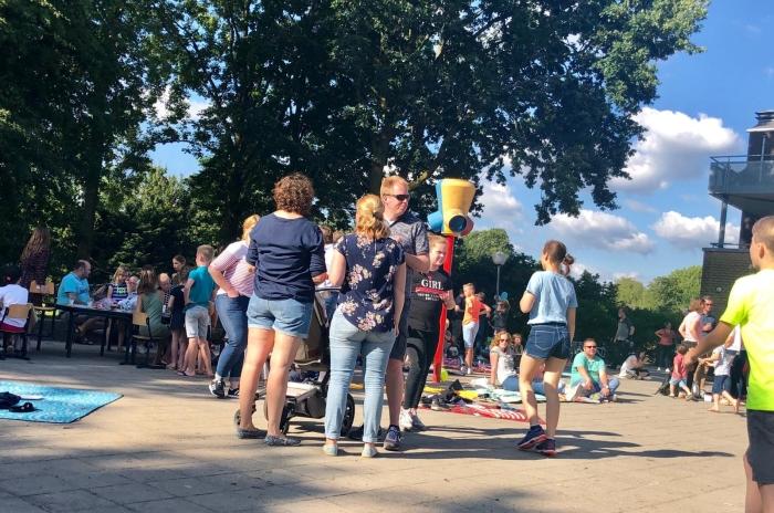 Gezellige picknick op het plein Basisschool de Vonk © BDU media