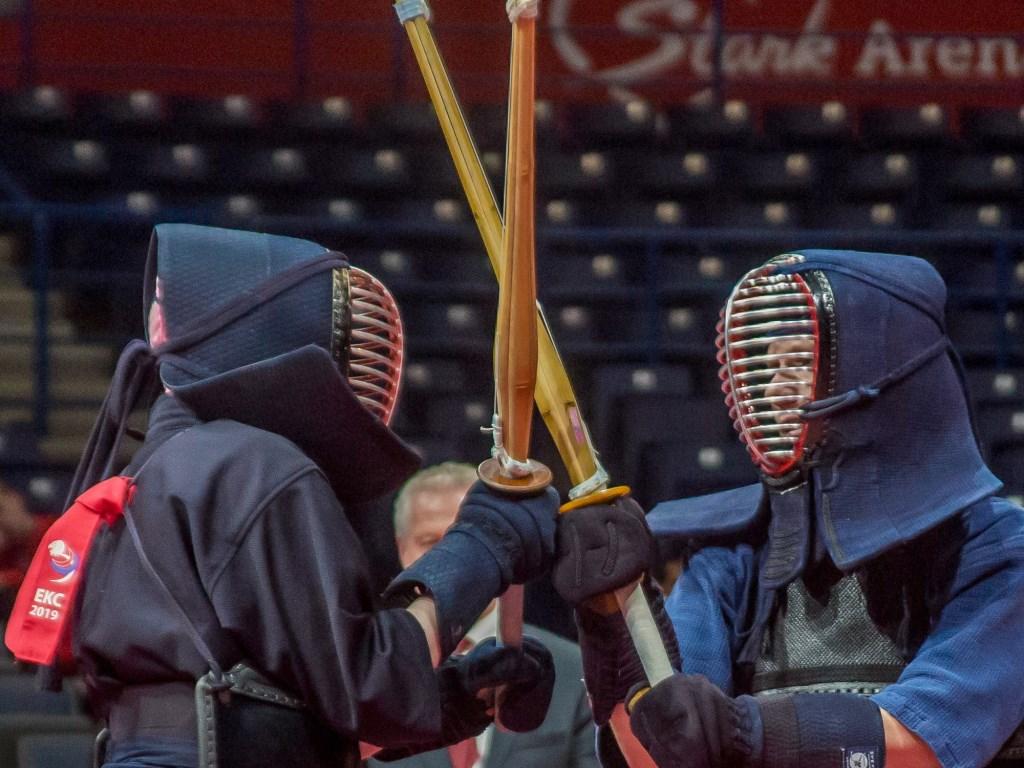 De duellisten tasten elkaar af en duwen met hun shinai (stokzwaard). Rick Nieuwenhuijzen © BDU media
