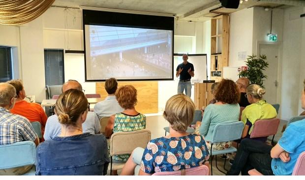 André Botermans leidt de film Why we Cycle in Irene van Valen © BDU media