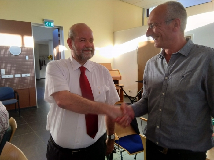 Martin Roseboom (links) ontvangt de bondsspeld van voorzitter Willem Slagter