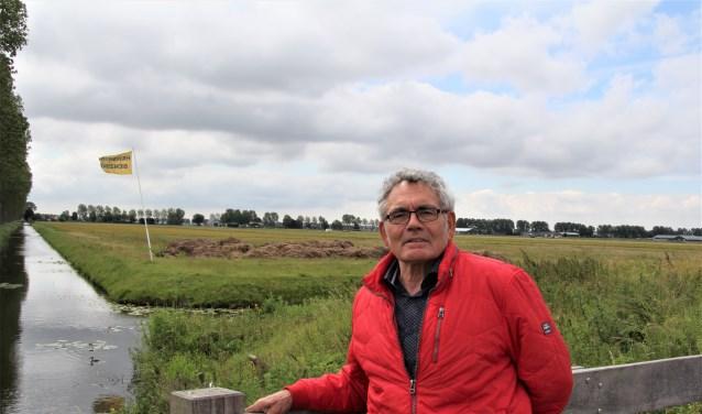 Peter Hendriks met achter zich de locatie waar zijn tankstation gaat komen.