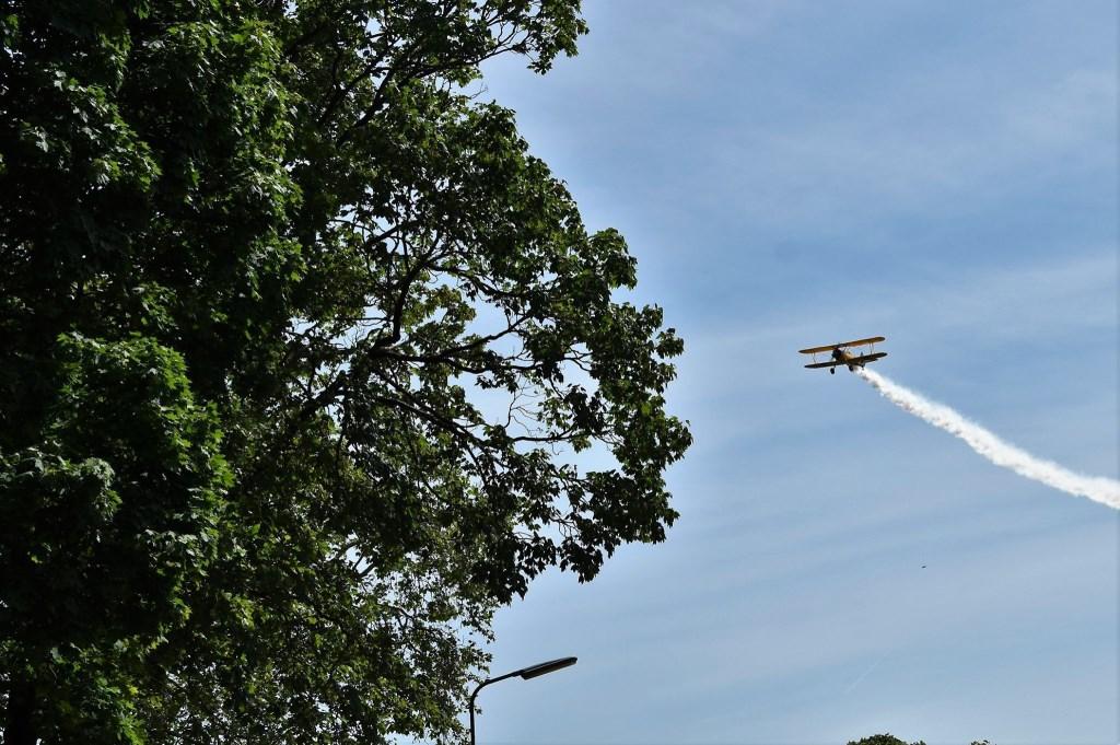 Precies op tijd verschijnt het vliegtuigje met rooksignalen. Sonja Boer © BDU media