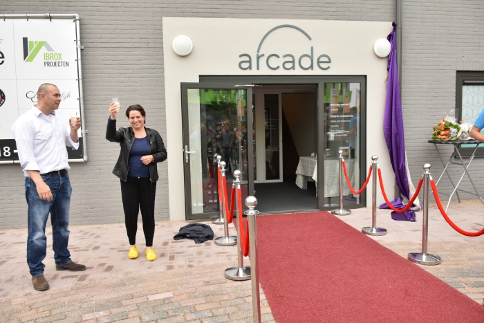 Wethouder Willemien Vreugdenhil  onthult naam gebouw ARCADE op Zandlaan in Ede