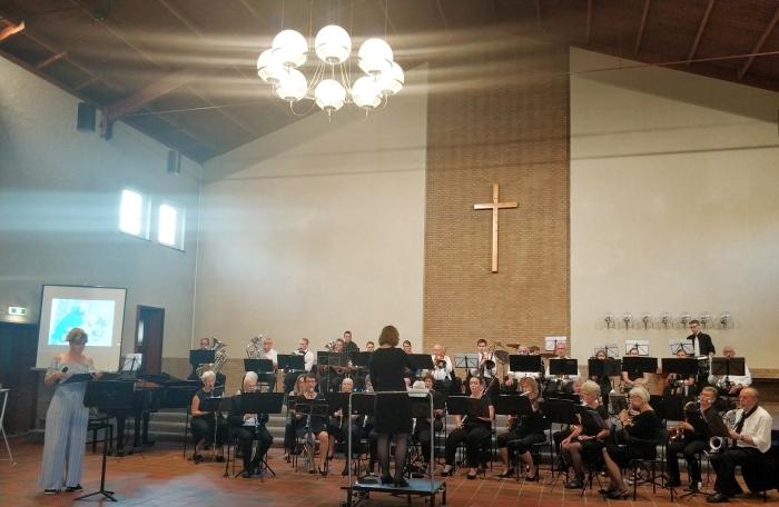 Het Edes Orkest met verteller Rolinka van der Woude.