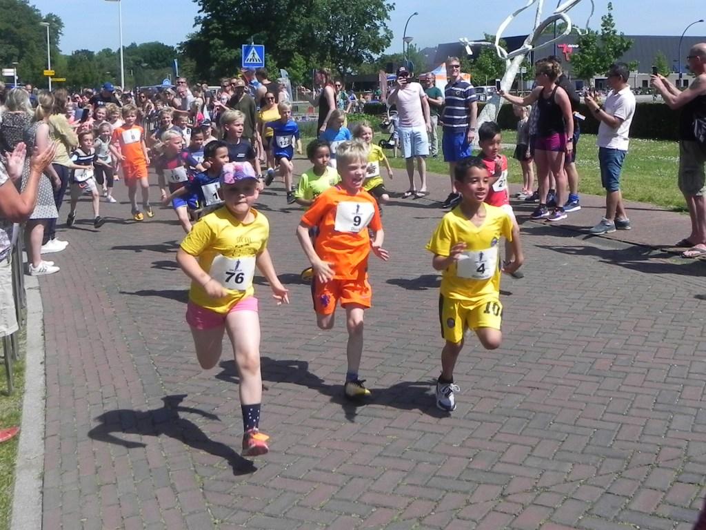 Gelijk na de start van de 1 kilometer loop sprinten Marijke, Duuk en Richano om het hardst. Dat er nog 950 meter volgen is een zorg voor later. Richard Thoolen © BDU media