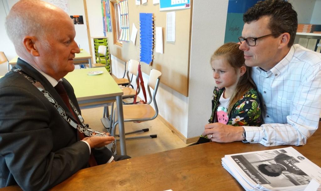 Overleg tussen Ruud, Jette en haar vader over de burgemeestersketen en wat ze de komende tijd gaan afspreken Kuun Jenniskens © BDU media