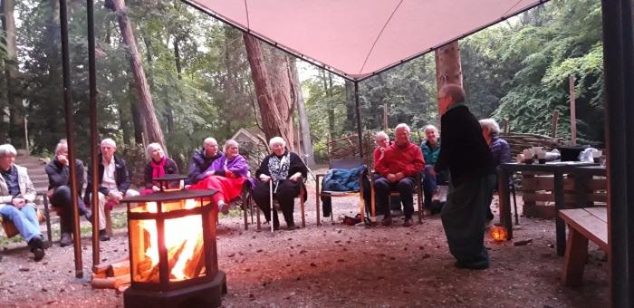 In de warme gloed van de vuurkorf vertelt Esther de Jong haar verhaal.
