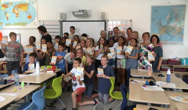 Duivendrechtse schoolklas met Speuren/Ontdekken. Achteraan de burgemeester (2e van r.) met mensen die hebben bijgedragen.