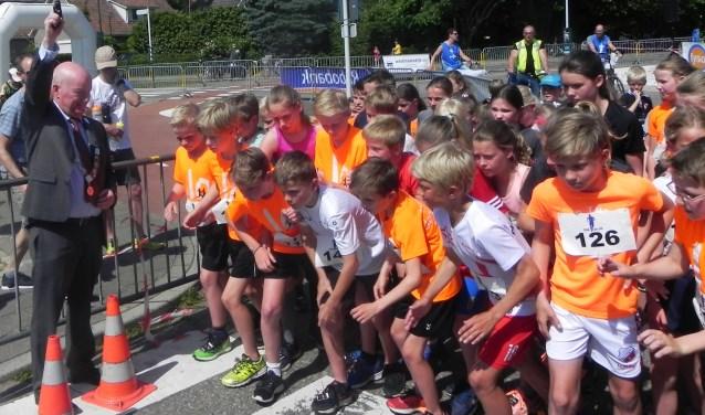 Opperste concentratie wanneer burgemeester Ruud van Bennekom het startschot voor de 2 kilometer gaat geven. Vooraan staat Arend Wijnalda (113) die  een topprestatie gaat neerzetten.