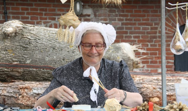Leida van Koesveld verwerkt symboliek in haar handwerk van tarwe op de oogstdag.