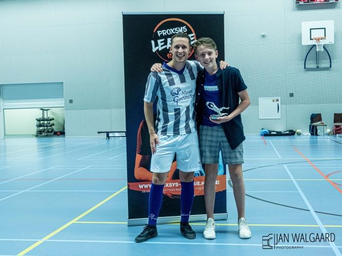 Trainer /speler Danny Boere met de beste keeper Jo-16 Jogadores keeper Jorrit Fotograaf Jan Walgaard  © BDU Media