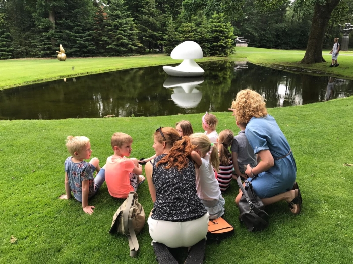 Leerlingen observeren de beeldentuin