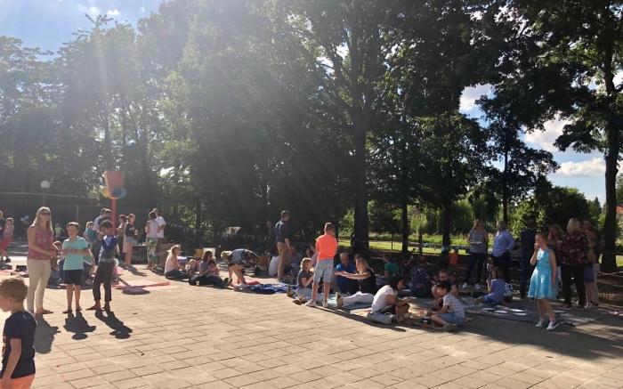Gezellige picknick op het schoolplein Basisschool de Vonk © BDU media
