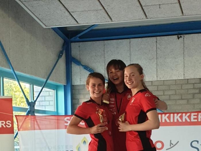 Clubkampioen Angela Whitney met Tess Bemer (links) en Femke Doorenbos (rechts)