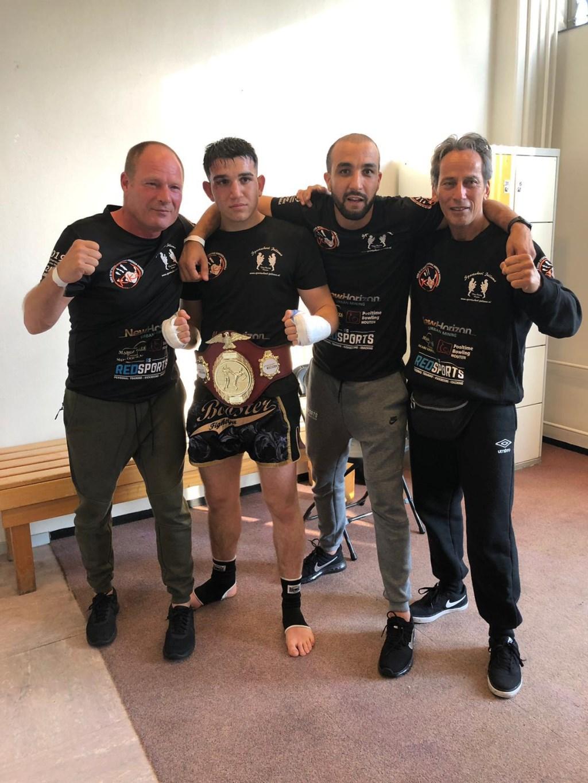 Arayik met de belt om en zijn coaches Sportschool Jellema © BDU media