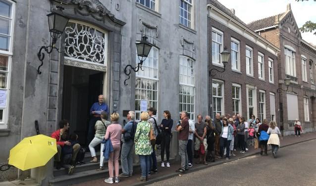 Veel belangstelling voor een rondleiding door het Oude Stadhuis door juniorgidsen in 2018.