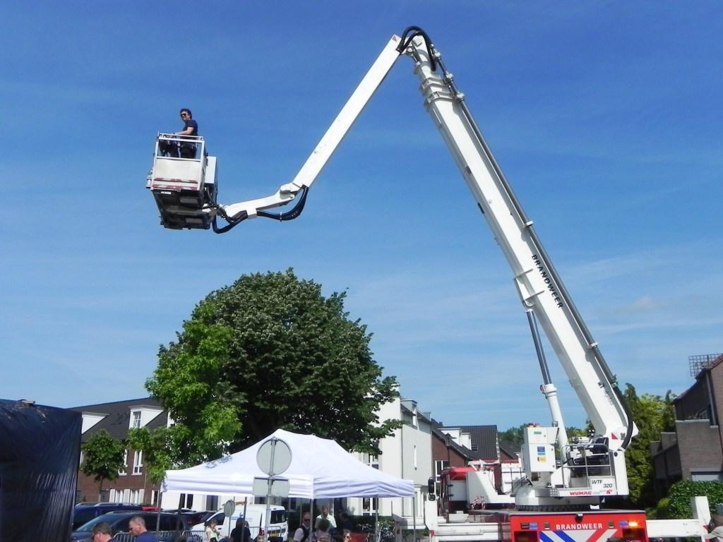 Een hoogwerker wordt in positie gebracht om het zeil van de nieuwe wagen te gaan trekken. Richard Thoolen © BDU media