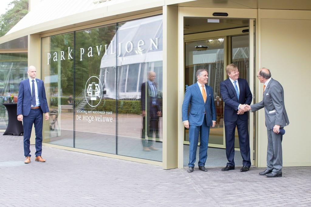 Koning Willem-Alexander wordt begroet door voorzitter Fred de Graaf van de raad van toezicht van Nationaal Park De Hoge Veluwe. Links van de koning parkdirecteur Seger baron van Voorst tot Voorst.