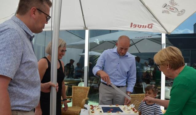 Wethouder Hans Marchal snijdt de taart aan