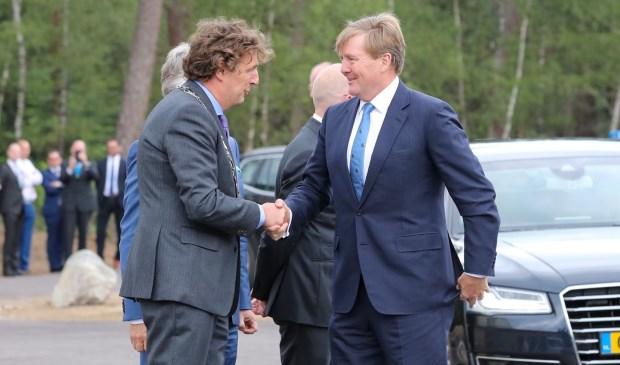 Burgemeester René Verhulst begroet koning Willem-Alexander. Ted Walker © BDU Media