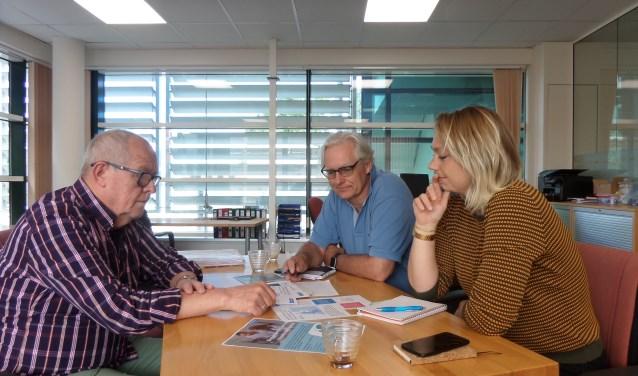 Vrijwilliger Bert Tromp in werkbespreking met Dennis Dijkstra en coördinator Joeke Berg van Humanitas Zuid-Kennemerland.