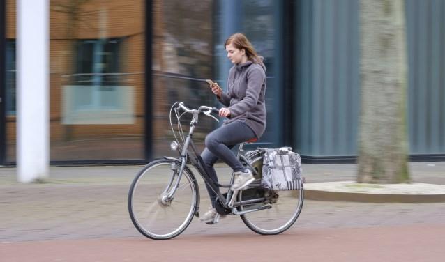 Wijkagent Dick van Hunnik: ,,Jongeren zijn één met hun telefoon. Dat leidt af en brengt risico's met zich mee.''
