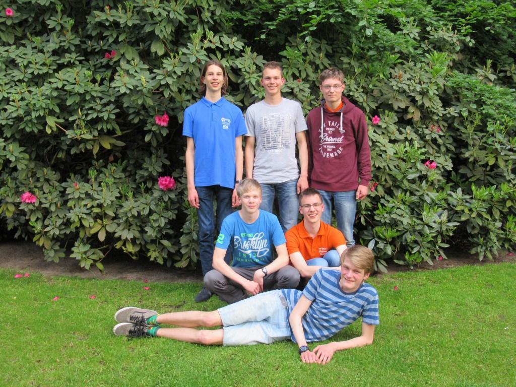 Het voltallige team dat Nederland gaat vertegenwoordigen op de Internationale Wiskunde Olympiade. Jippe staat rechts. Sietske Tacoma © BDU media