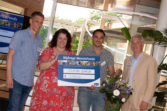 Directeur Commercie Gijs Rotteveel en de Ledenraadsleden reikten de cheque uit aan leefpleziercoach Christine van der Male, beweegagoog Martin Falkenberg.
