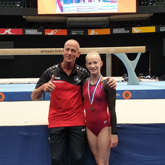 Melanie met haar vader/trainer Rob na de vloerfinale Sandra Janssen © BDU media