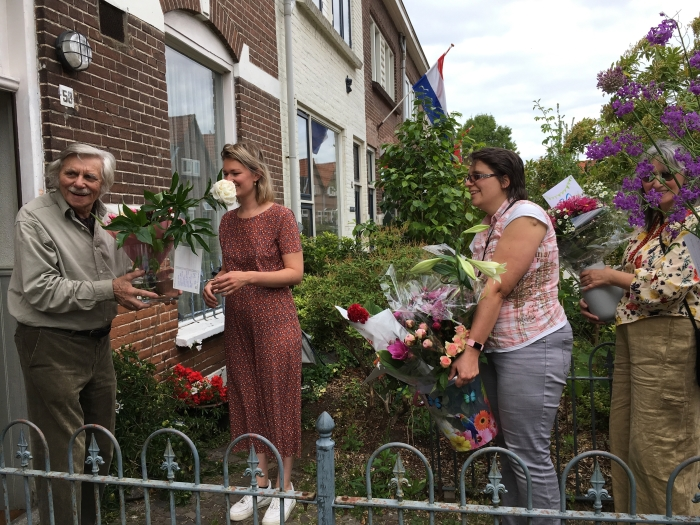 Buurtbewoners en familieleden zorgden dat alle bloemen uit de straat bij de jarige job werden bezorgd.