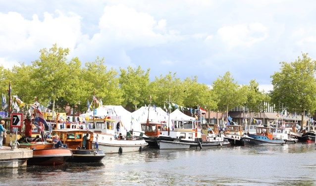 Tijdens de Nijkerkse Sleepbootdagen is de havenkom het middelpunt van gezelligheid.