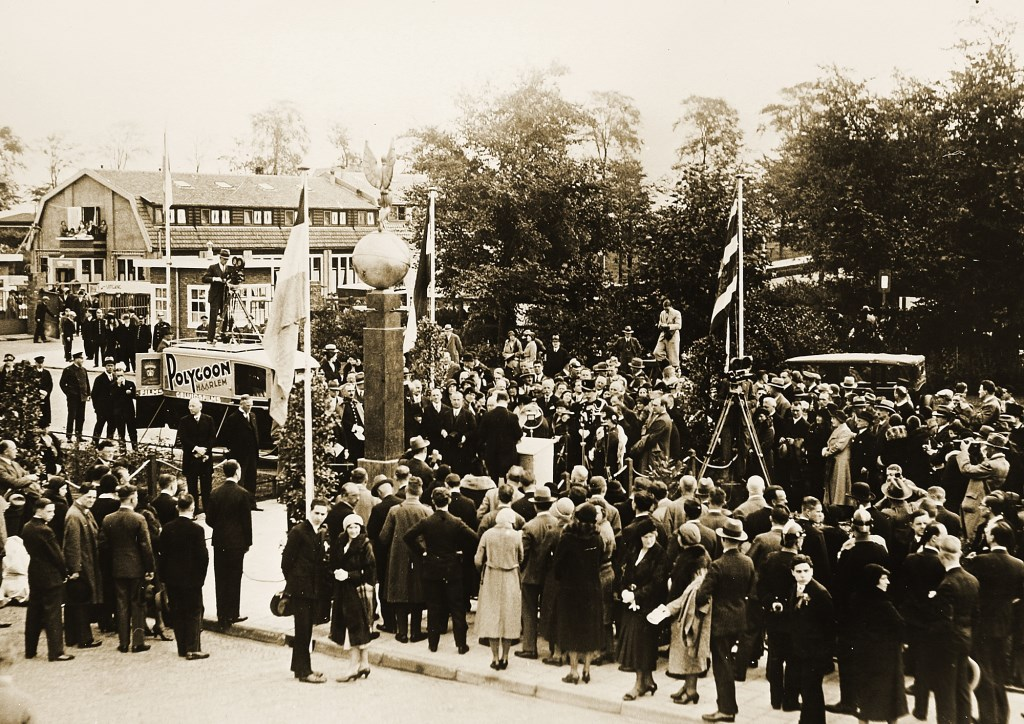 Demonstranten bij de toenmalige ingang van Schiphol. Schiphol © BDU media
