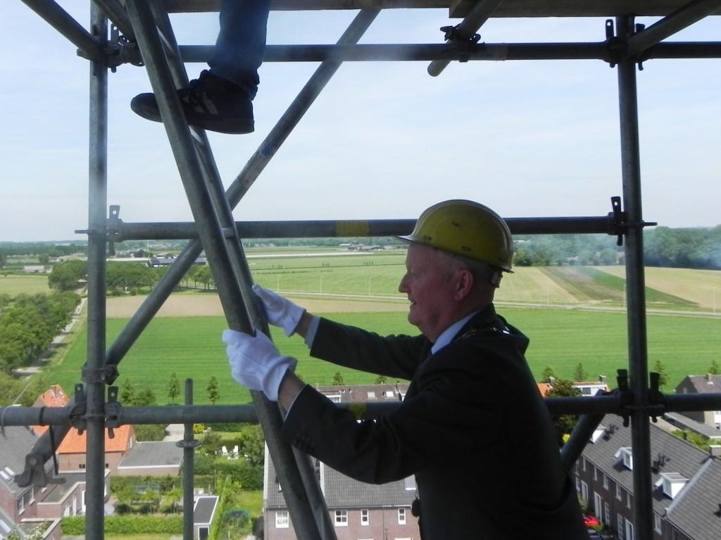 Hoger en hoger gaat het. Burgemeester van Bennekom houdt zich goed vast. Richard Thoolen © BDU media
