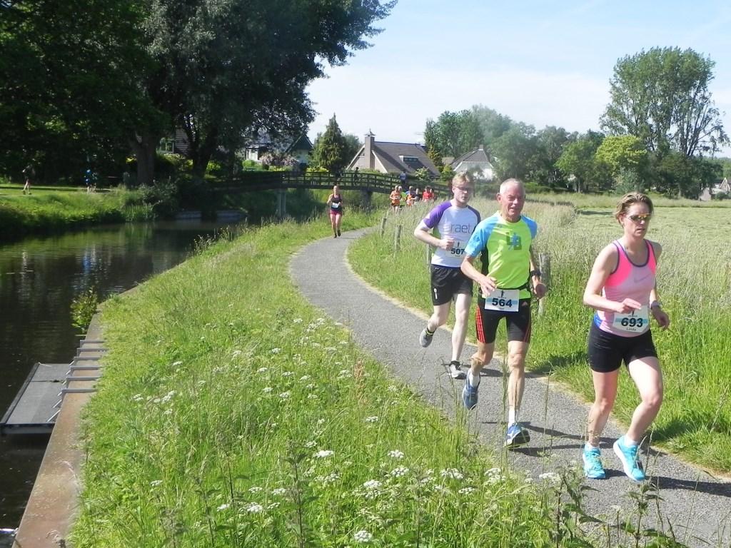 Linda Beijk uit Odijk en Jan Luidens uit Bunnik liepen de 10 kilometer die hen twee keer langs de Kromme Rijn voerde. Richard Thoolen © BDU media