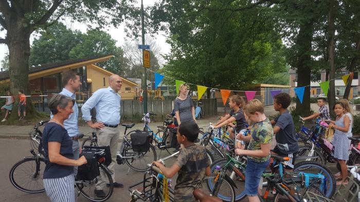 Wethouder Boonzaaijer spreekt de kinderen toe Hubert van Zanten © BDU