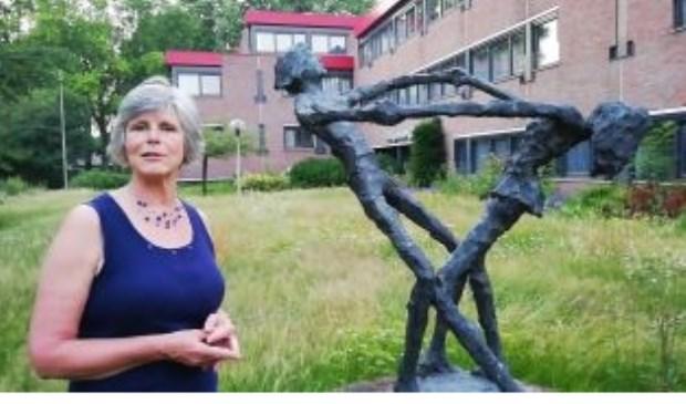 Winny Toersen (Liberalen) bij het kunstwerk van Jits Bakker