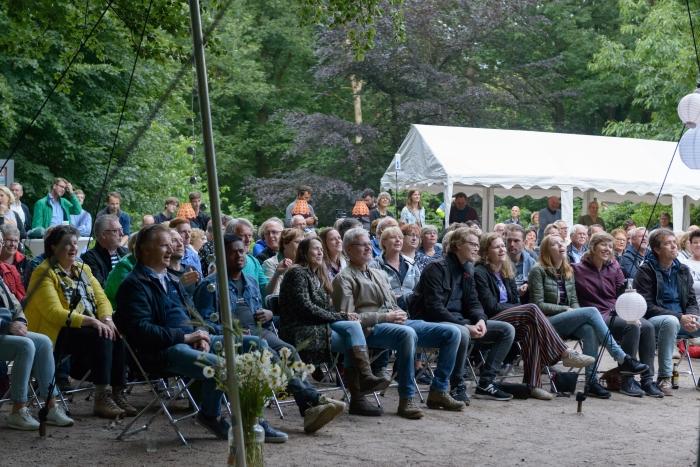 Het publiek wordt zichtbaar vermaakt Annelies Barendrecht © BDU Media
