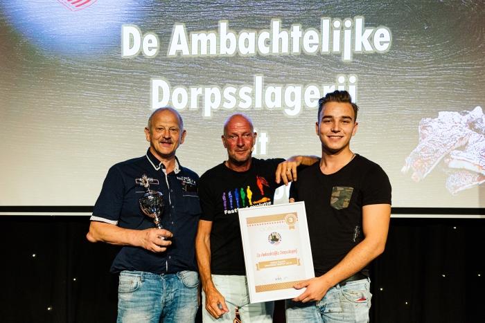 Henk van Vulpen en Collega Maaikel van Daatselaar nemen de beker en oorkonde in ontvangst!