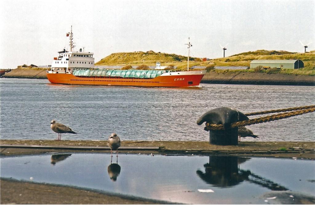 De Erna (1979) loopt op 7 oktober 2001 IJmuiden binnen met een lading gezaagd vurenhout, bestemd voor Beverwijk. Willem Moojen © BDU