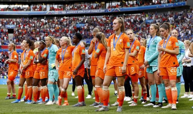 Renate Jansen (links, 13) baalt samen met haar collega-internationals, van het verliezen van de finale.