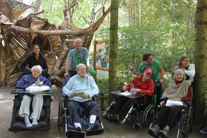 De bewoners en begeleiders genieten van het avontuur.