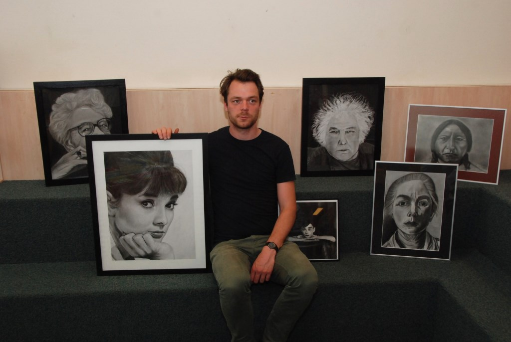 Martijn Versteeg met het portret van Audrey Hepburn en werk van cursisten. Adriaan Hosang © BDU media