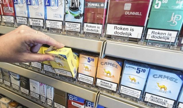 2016-06-06 12:53:54 RIJSWIJK - Pakjes sigaretten in het schap bij een benzinepomp. ANP XTRA LEX VAN LIESHOUT ANP XTRA Rijswijk roken, extra, productie 4891433_bk12bintabak.jpg