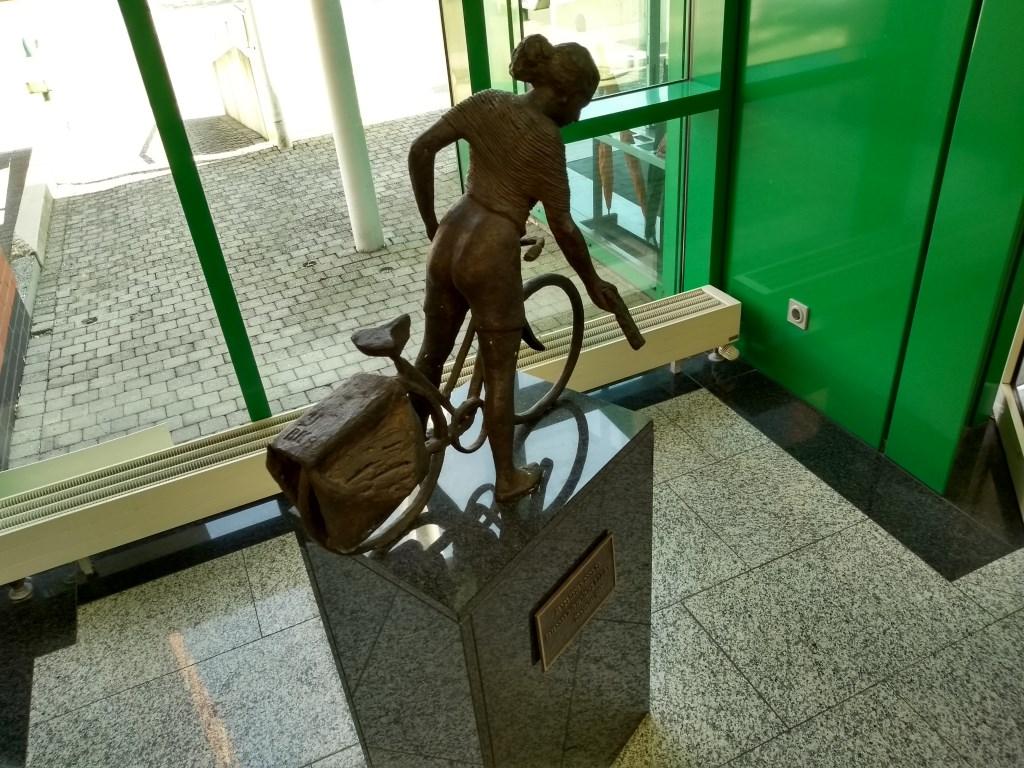 In de hal van het hoofdkantoor van BDUmedia in Barneveld staat een beeldje als ode aan de bezorger. Het is ook een symbool van een tijd die stilaan tot het verleden gaat behoren.