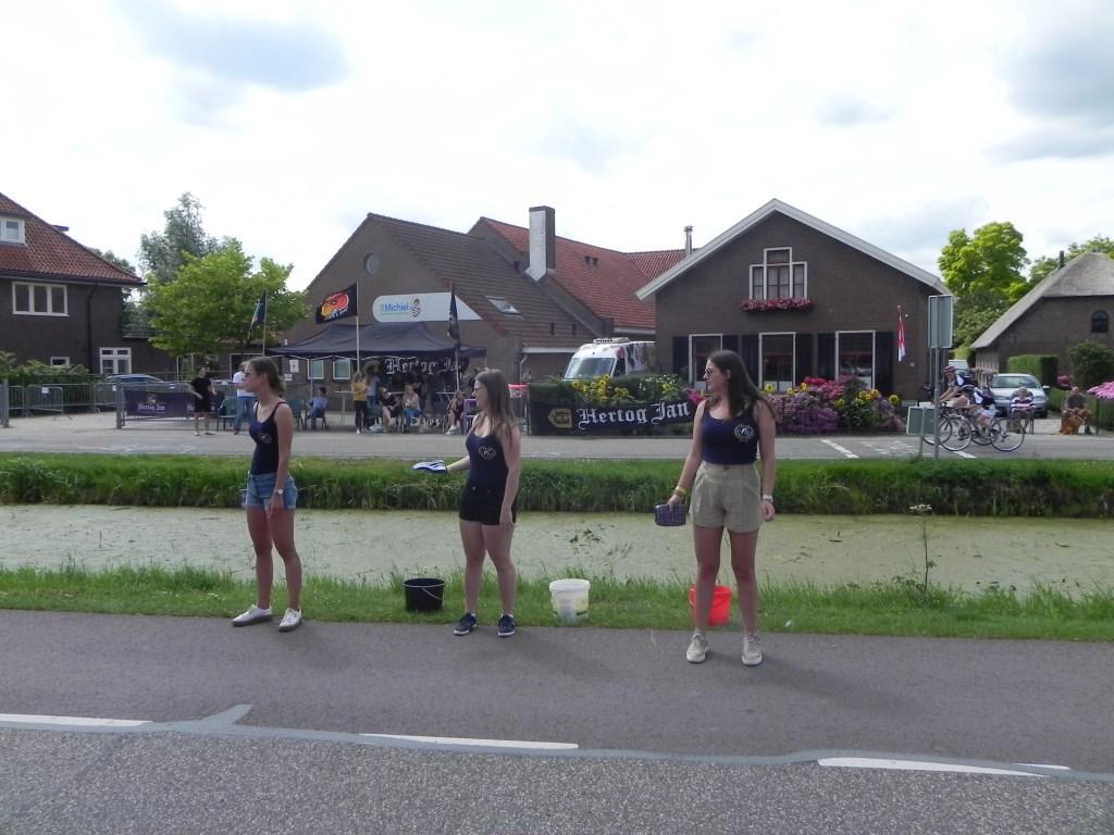 Sponsmeisjes staan klaar om de verhitte renners verkoeling te bieden. Richard Thoolen © BDU media