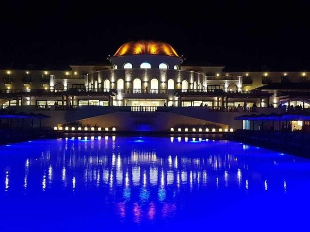 Emile Groenewout schrijft: 'Deze foto is gemaakt tijdens onze vakantie op Kreta voor ons 30-jarig huwelijk. Deze schitterende foto is van het hoofdgebouw van ons verblijf Laguna Resort. Zo mooi die weerkaatsing op het water.' Ewile Groenewout © BDU media